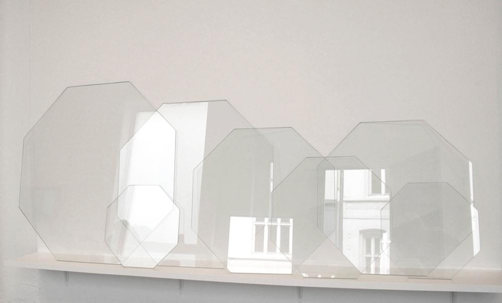 80 x 170 x 20 cm. Cut glass and wooden shelf